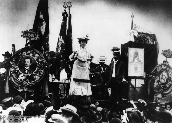Rosa Luxemburg Addresses a Crowd (1907)