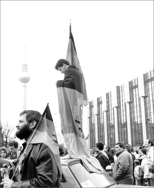 GDR Citizens Protest the Proposed Currency Exchange Rate of 2:1 (April 5, 1990)