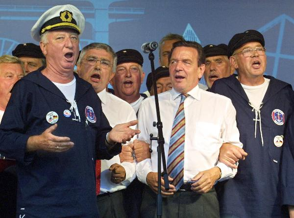 Chancellor Gerhard Schröder with the Shanty Choir at an SPD Election Rally (August 16, 2002)