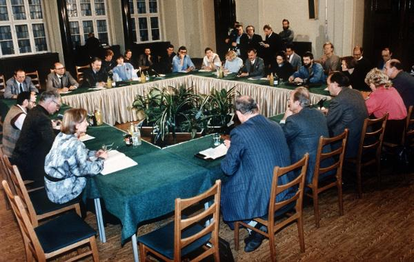 First Meeting of the Central Round Table (December 7, 1989)