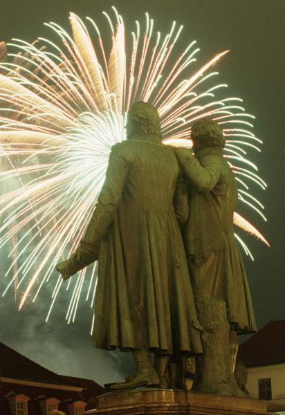 A Festive Opening Ceremony with Fireworks over the Goethe-Schiller Memorial: Weimar is the Cultural Capital of Europe in 1999 (February 2, 1999)