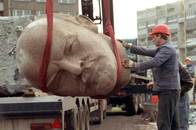 Demolition of the Lenin Memorial in Berlin (November 13, 1991)