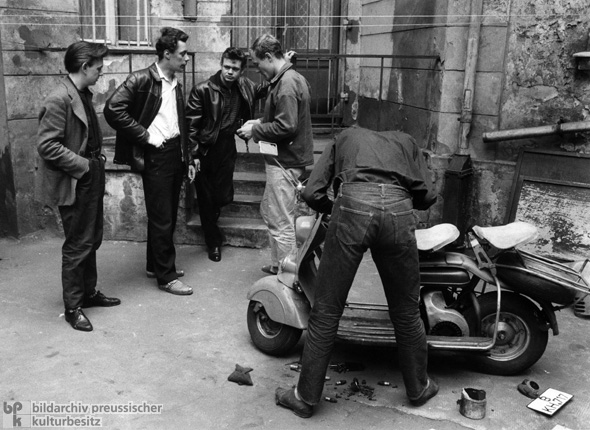 """Young Rowdies"" in Berlin-Kreuzberg (1956)"