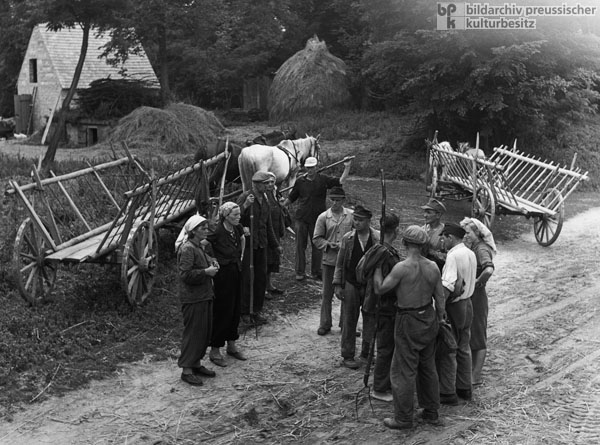 Members of the Worin Agricultural Cooperative in Oderbruch Discuss their Work (1955)