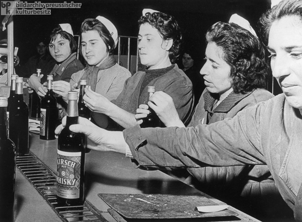 Female Guest Workers from Greece in a Hamburg Production Facility for Acoholic Spirits (1963)