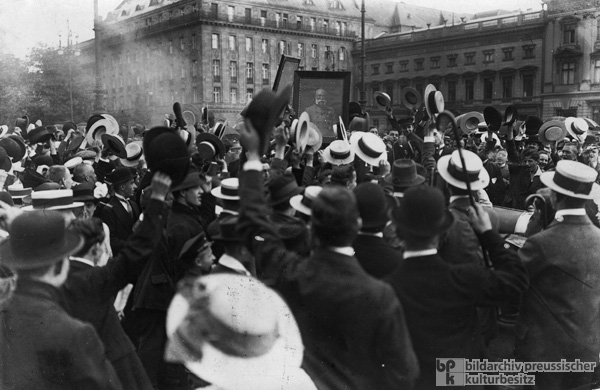 Enthusiasm and Sympathy for Austria on the Streets of Berlin (August 1, 1914)