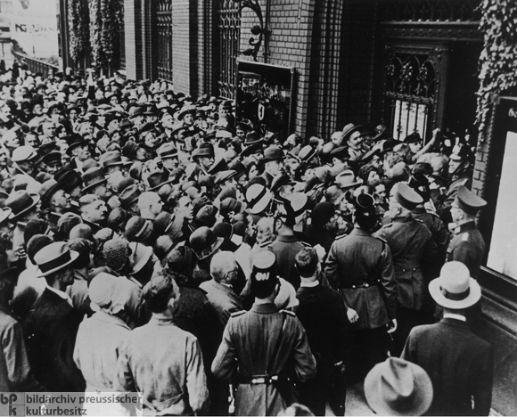 Panicked Customers at the Berlin City Savings Bank on Mühlendamm (July 16, 1931)