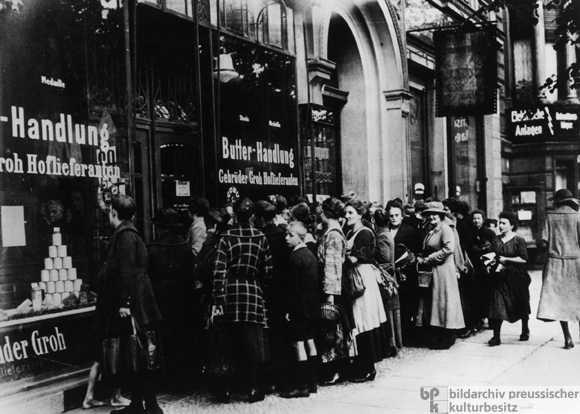 Line Outside of a Berlin Grocer (1923)