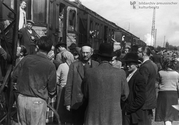 Jewish Displaced Persons Leave Munich on Trains Bound for France (1948)