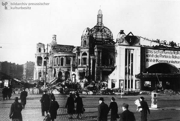 The Ruins of the People's Opera and the Millerntor Cinema on Millerntor Square in Hamburg-St. Pauli (November 1946)