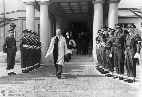 Konrad Adenauer verlässt den Sitz der Alliierten Hohen Kommission, nachdem er das neue Besatzungsstatut empfangen hat (21. September 1949)