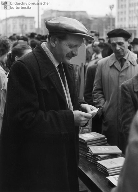 Erwin Strittmatter Talks to Readers at the Writers' Bazaar on Berlin's Stalinallee (May 1, 1954)