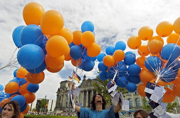 Balloons Rising over the Reichstag for the EU-Referendum (August 19, 2004)