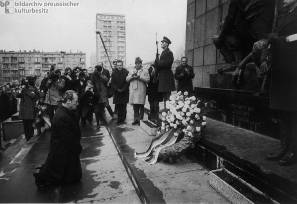 Kneeling before the Warsaw Ghetto Memorial (December 7, 1970)