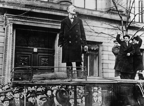 Karl Liebknecht Holds a Speech in Front of the Ministry of the Interior (December 6, 1918)