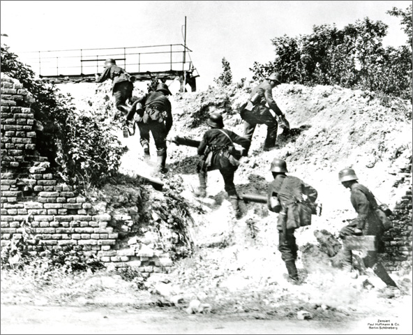 Advance of a German Machine Gun Unit on the Western Front (June 1918)